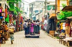 Индигенный Майя ягнится использующ общественное transpart малой деревней в Гватемале стоковая фотография
