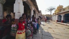 Индийская группа людей сидя на квадрате ИНДИЯ, НЕПАЛ, АПРЕЛЬ 2018 видеоматериал