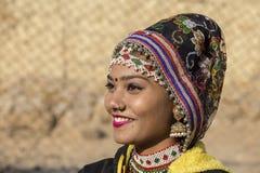 Индийская девушка нося традиционное платье Rajasthani участвует в фестивале пустыни в Jaisalmer, Раджастхане, Индии Стоковые Изображения RF