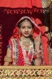 Индийская девушка нося традиционное платье Rajasthani участвует в фестивале пустыни в Jaisalmer, Раджастхане, Индии Стоковое фото RF