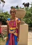 Индийская девушка нося традиционную одежду платья сари и декоративные ювелирные изделия Индии стоковое фото