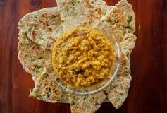 Индийская еда для быстрых закуски, хлеба roti и вегетарианца dal сделанной от чечевиц или фасолей Также еда популярная в Пакистан Стоковые Изображения RF