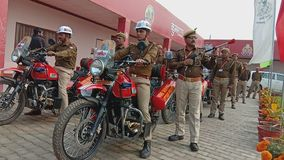 Индийская езда обслуживания пожарного на велосипеде стоковое изображение rf