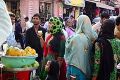Индийская женщина выпивает фруктовый сок на уличном рынке Стоковые Фотографии RF