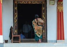 Индийская женщина приходя к бутанскому виску стоковая фотография rf