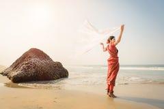 Индийская свобода чувства женщины и наслаждаться природой стоковое фото rf