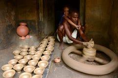 Индийская семья гончара стоковые изображения