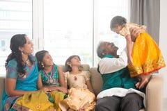 Индийская семья имея потеху стоковое изображение