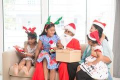 Индийская семья празднуя праздник рождества Стоковые Фотографии RF