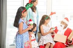 Индийская семья празднуя рождество Стоковая Фотография RF