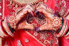 Индийская bridal делая форма сердца & показывать искусства mehndi Стоковые Фотографии RF