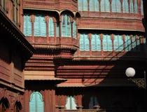 Индийские двери и окна Фасад Белого Дома глубинная вытяжка компаса предпосылки зодчества голубая сверх сбор винограда бумаги орна стоковая фотография rf