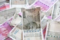 Индийские деньги и банкноты, 500 рупий и 2 000 рупий Предпосылка бумажных индийских денег стоковое фото rf