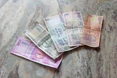Индийские деньги и рупии банкнот, 2000, 500, 100, 50 и 10, ложь на мраморной предпосылке стоковая фотография