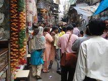 Индийские женщины в цветастых сари просматривают рынок стоковое фото rf