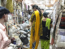 Индийские женщины в цветастых сари просматривают рынок стоковая фотография rf