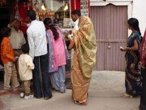 Индийские женщины в цветастых сари просматривают рынок стоковое фото