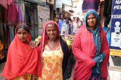Индийские женщины представляя на улице Pushkar, Индии Стоковые Фото