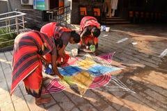 Индийские женщины рисуя картину стоковое изображение rf