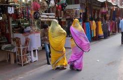 Индийские женщины с традиционным покрашенным сари на улице Pushkar Стоковые Фотографии RF