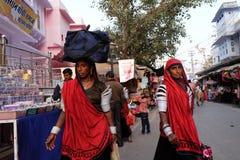 Индийские женщины с традиционным покрашенным сари на улице Pushkar Стоковые Изображения RF