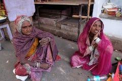 Индийские женщины с традиционным покрашенным сари на улице Pushkar Стоковое Изображение