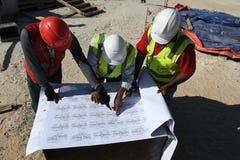 Индийские инженеры работников работают на строительной площадке Стоковое фото RF