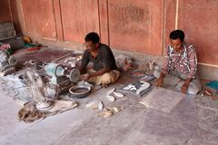 Индийские мастеры работая на Тадж-Махале, Агре, Индии Стоковое Фото