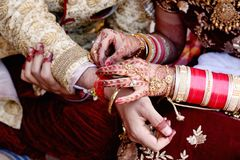 Индийские пары играя игру рыбной ловли кольца в свадьбе стоковое фото