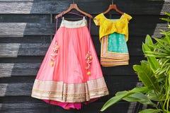 Индийские платье свадьбы сари сари и смертная казнь через повешение блузки на древесине стоковые изображения rf
