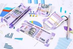 Индийские примечания и ручка 10 рупий на бумаге диаграммы стоковое фото