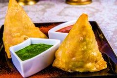 Индийские samosas на черной плите Стоковое Изображение