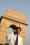 индийский говорить мобильного телефона человека Стоковое фото RF