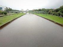 Индийский город pune реки идя дождь сезон стоковые изображения