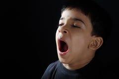 Индийский мальчик зевая Стоковые Фотографии RF