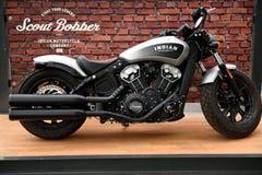 Индийский мотоцикл Bobber разведчика на дисплее стоковые фотографии rf