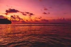 Индийский океан и заход солнца с облаками Океан с цветами захода солнца Стоковые Фото