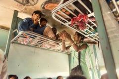 Индийский поезд класса персоны трансгендерного вообще умоляет для денег Стоковые Фотографии RF