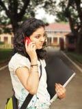 Индийский студент колледжа идя к кампусу Стоковые Фотографии RF