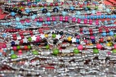 Индийский традиционный крупный план браслетов ремесленничества на рынке стоковая фотография