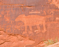 индийский утес красного цвета петроглифа Стоковая Фотография RF