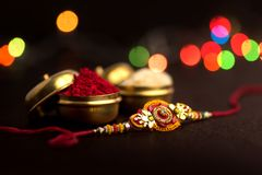 Индийский фестиваль: Raksha Bandhan Традиционный индийский wristband который символ влюбленности между братьями и сестрами стоковые фото