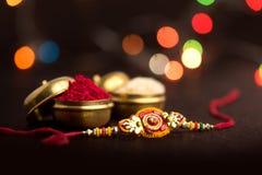 Индийский фестиваль: Raksha Bandhan Традиционный индийский wristband который символ влюбленности между братьями и сестрами стоковое фото