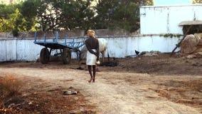 Индийский человек идя вниз с улицы деревни вне Ченнаи сток-видео