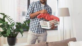 Индийский человек комплектуя одежды для прачечной дома видеоматериал