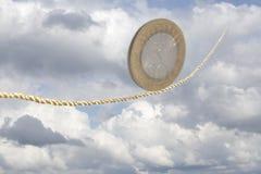 10 индийских рупий монетки балансируя на золотой веревочке Стоковые Фото