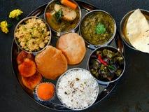 Индийское вегетарианское thaali - еда синдхи стоковые фотографии rf