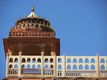 Индийское историческое здание Дворец Индии в голубой предпосылке глубинная вытяжка компаса предпосылки зодчества голубая сверх ин стоковые изображения