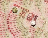 Индийское примечание валюты 20 рупии и монеток с предпосылкой стоковое изображение rf