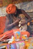 Индийское sadhus освещая вверх и куря Ganja Стоковые Изображения